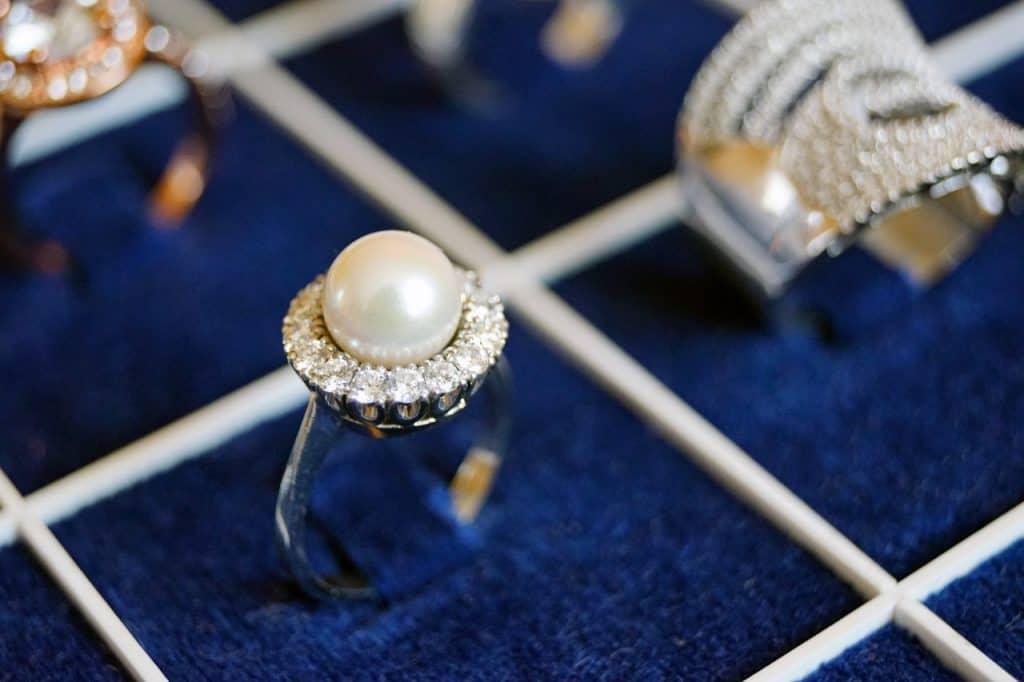 Imagem de anéis guardados em um porta joias com divisórias.