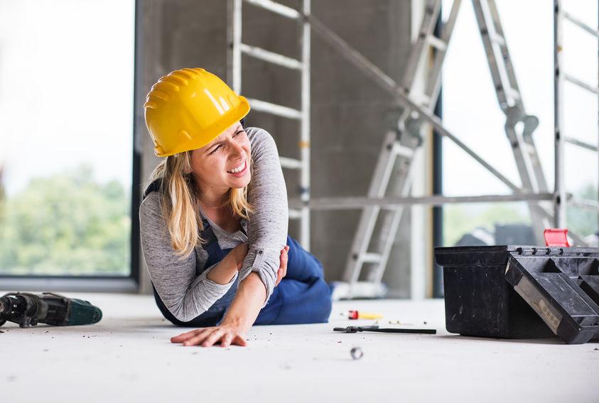 Imagem mostra uma mulher realizando reparos ao lado de uma caixa de ferramentas.