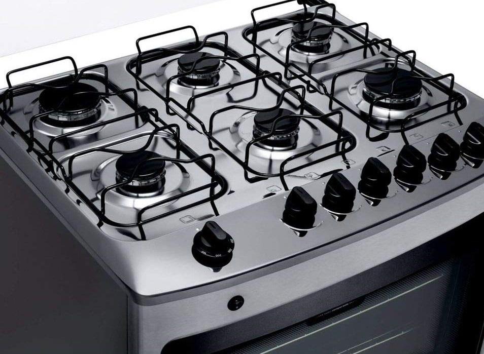 Detalhe do fogão com tampa aberta, mostrando as seis bocas.