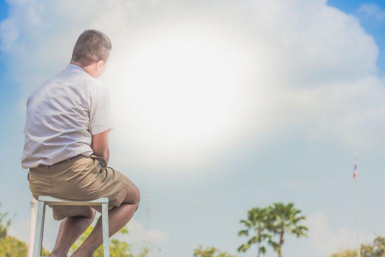 Imagem mostra um homem no topo de uma escada multifuncional.