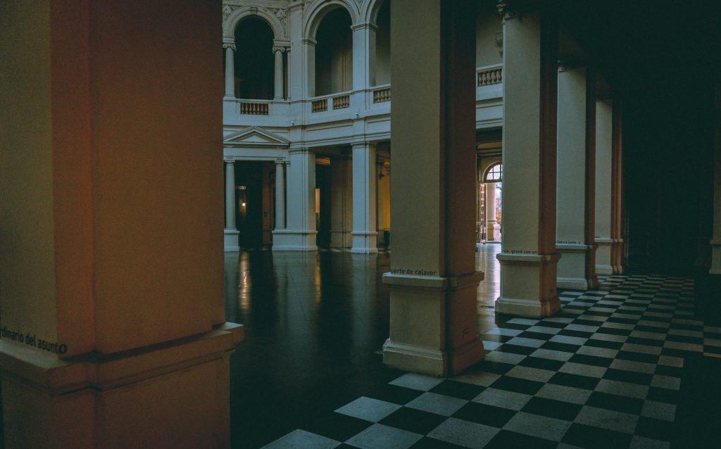 Imagem mostra uma construção com um piso perfeitamente colocado.