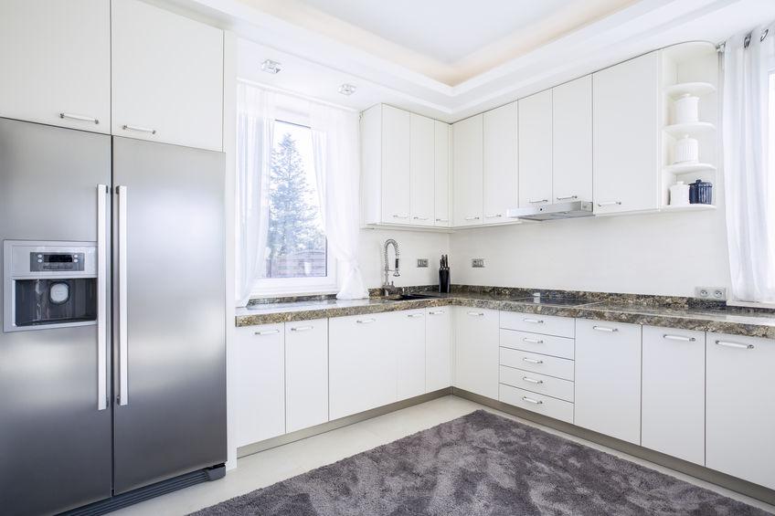 Imagem de cozinha com geladeira ao estilo vintage