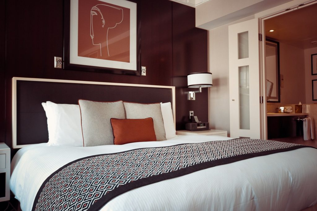 Imagem de quarto moderno com uma cama king size