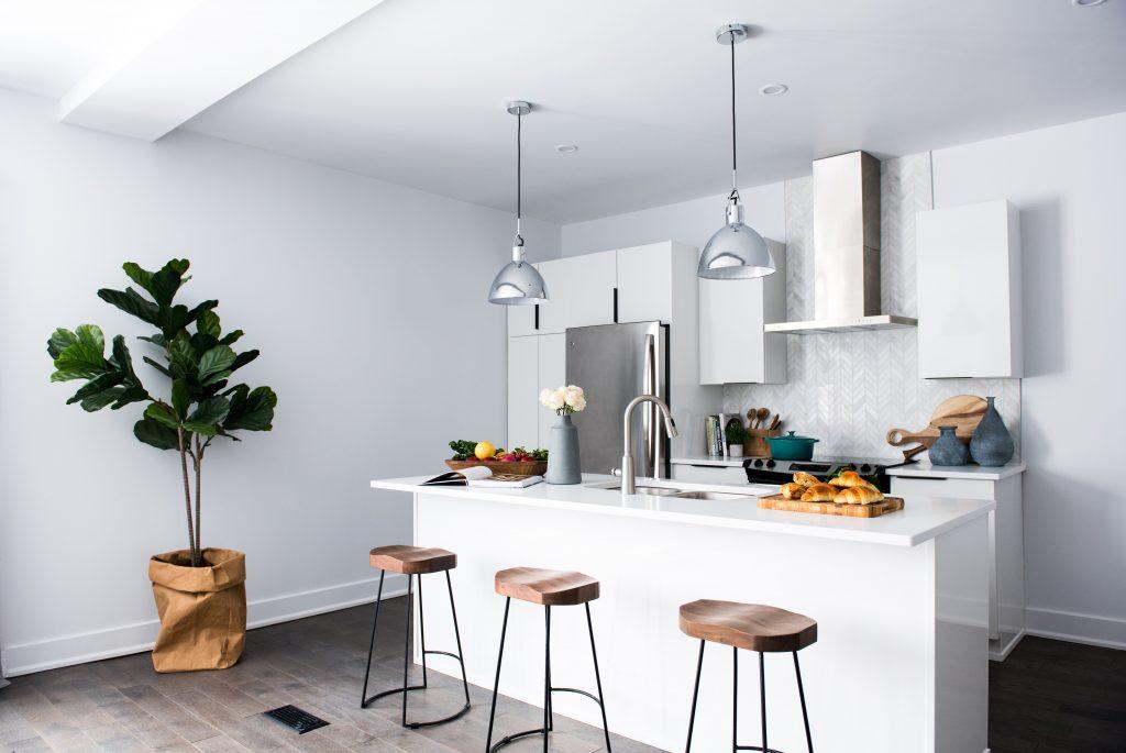 Imagem de cozinha moderna com geladeira inox