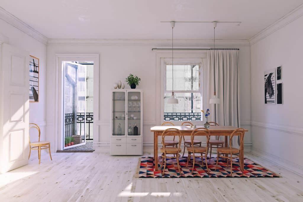 Sala moderna com porta aberta.