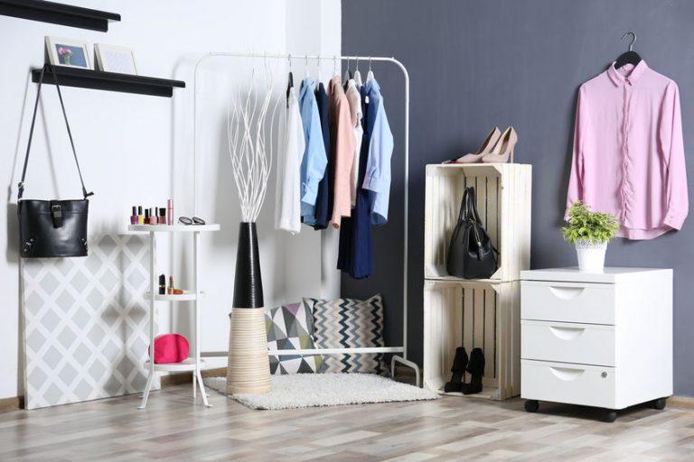 Imagem de closet com ganchos para organização de bolsas