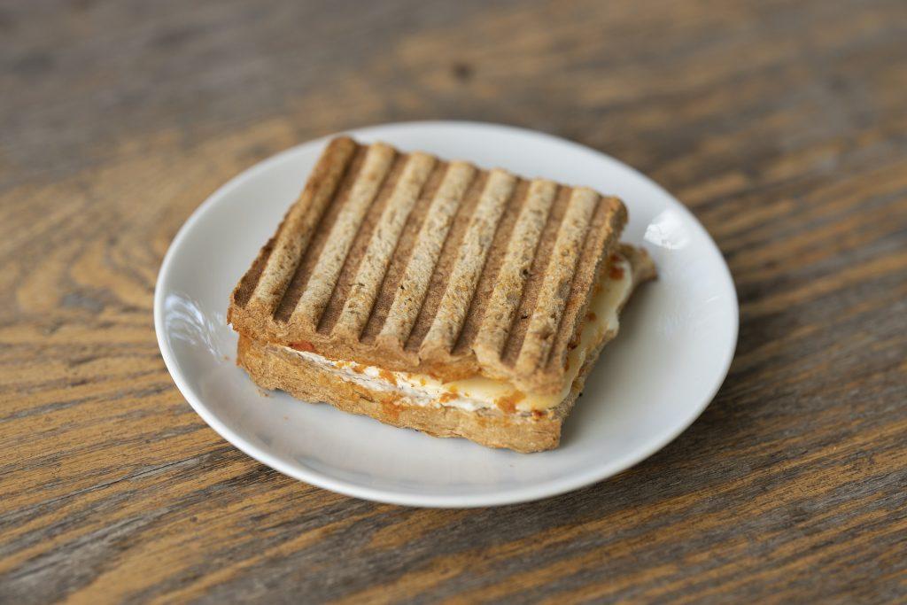Imagem de sanduíche de queijo em prato branco