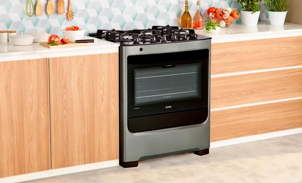 Fogão Consul embutido em cozinha com armários planejados