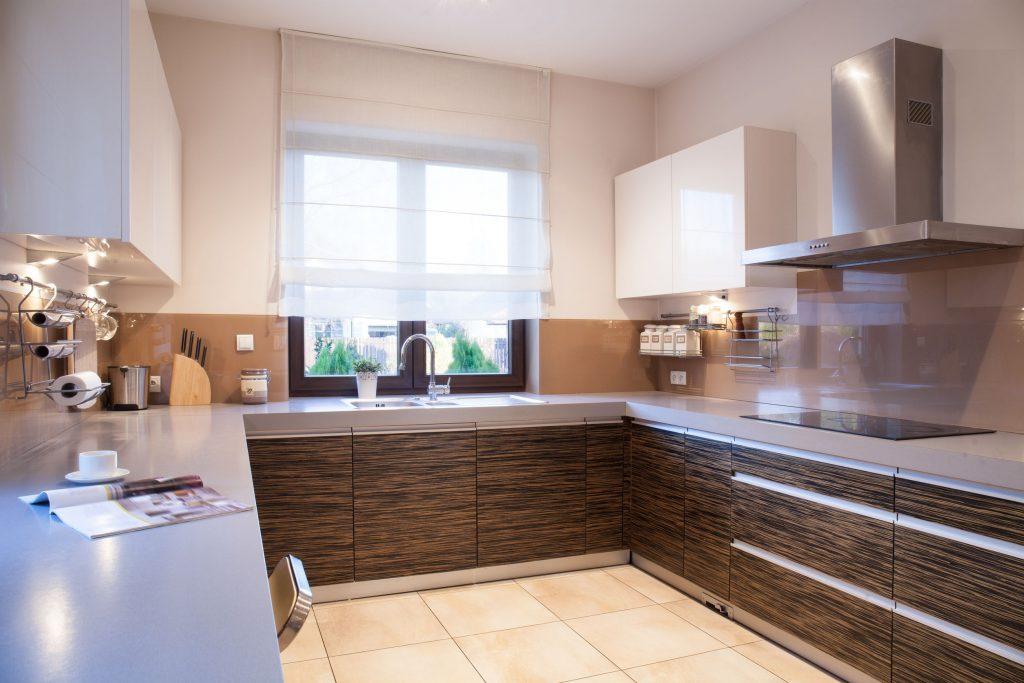 Cozinha com cortina branca.