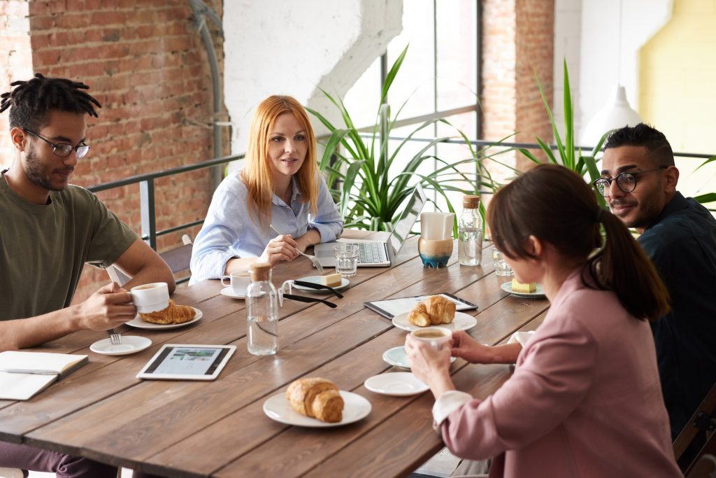 Imagem de um grupo de pessoas tomando café da manhã