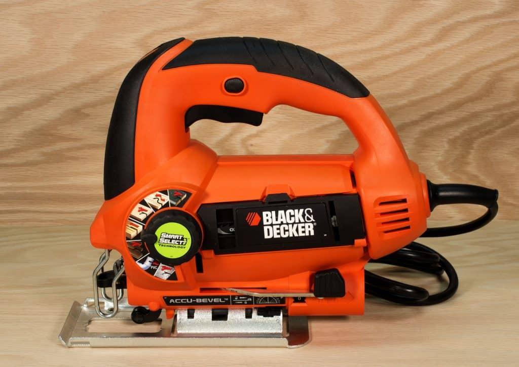 Uma serra elétrica tico-tico da marca Black & Decker.