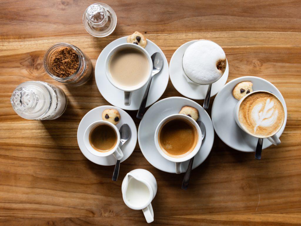 Imagem de xícaras com café e outras bebidas.