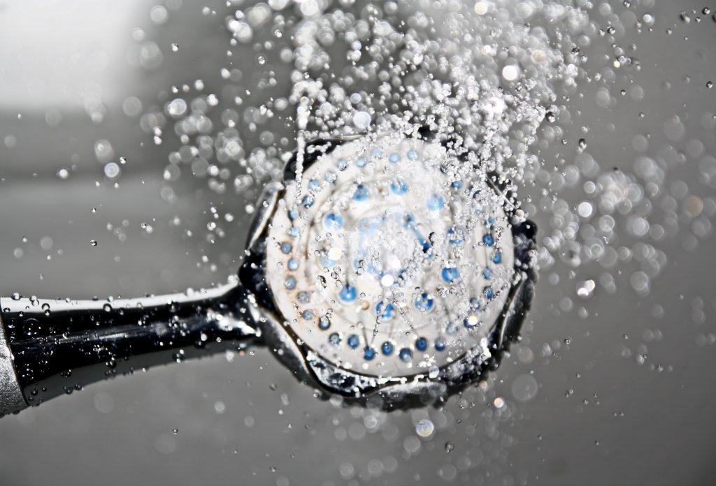 Imagem aproximada de pingos de água caindo de chuveiro