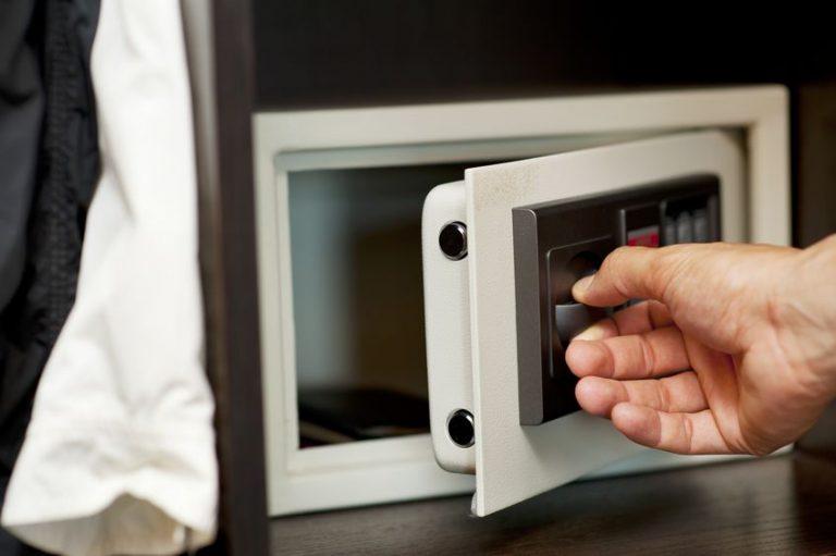 mão abrindo cofre digital