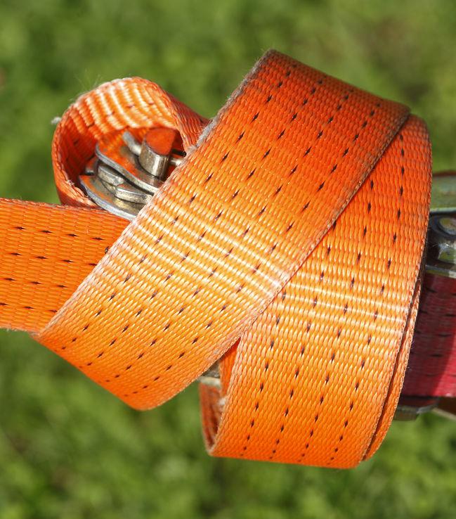 Pontas de uma cinta de amarração alaranjada