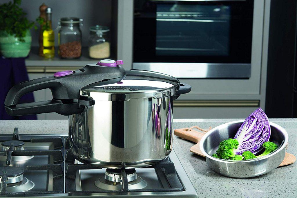 Imagem de uma panela de pressão Rochedo sobre um fogão de embutir