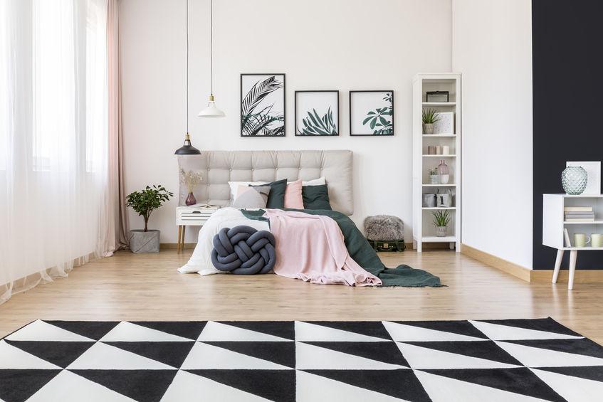 Imagem de um quarto com uma cristaleira ao canto.