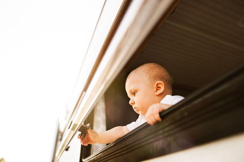 Bebê brinca com janela basculante