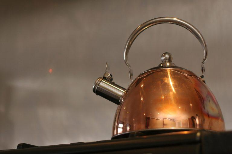 Imagem aproximada de chaleira com apito dourada