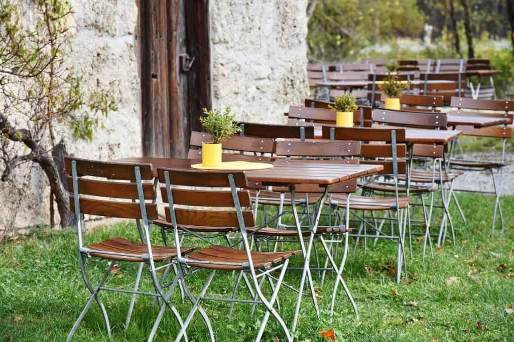 Imagem de mesas dobráveis em área externa.
