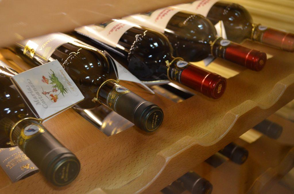Imagem de vinhos em prateleira de adega