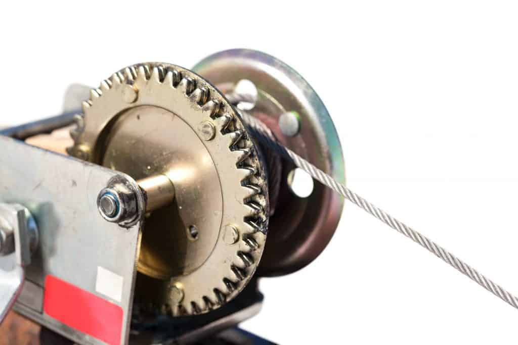Imagem mostra um guincho manual industrial.