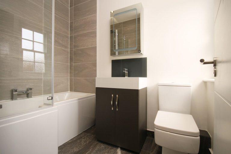Imagem de assento sanitário branco em formato quadrado