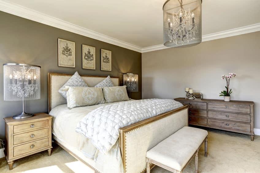Imagem de cômoda grande de madeira em quarto.
