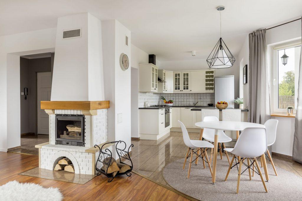 Cozinha ampla com cortina de varão.