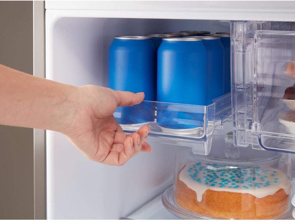 Mão puxando porta lata na geladeira