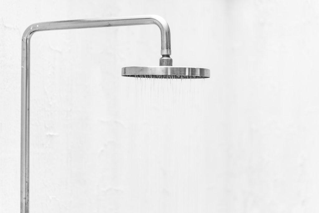 Imagem de chuveiro de inox sobre fundo branco