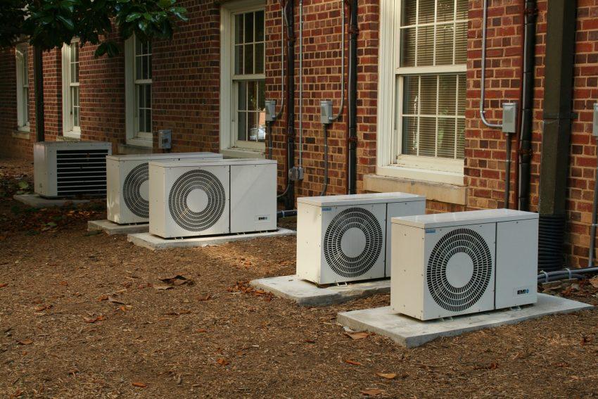 Imagem mostra aparelhos de ar condicionado de lado externo de uma casa.