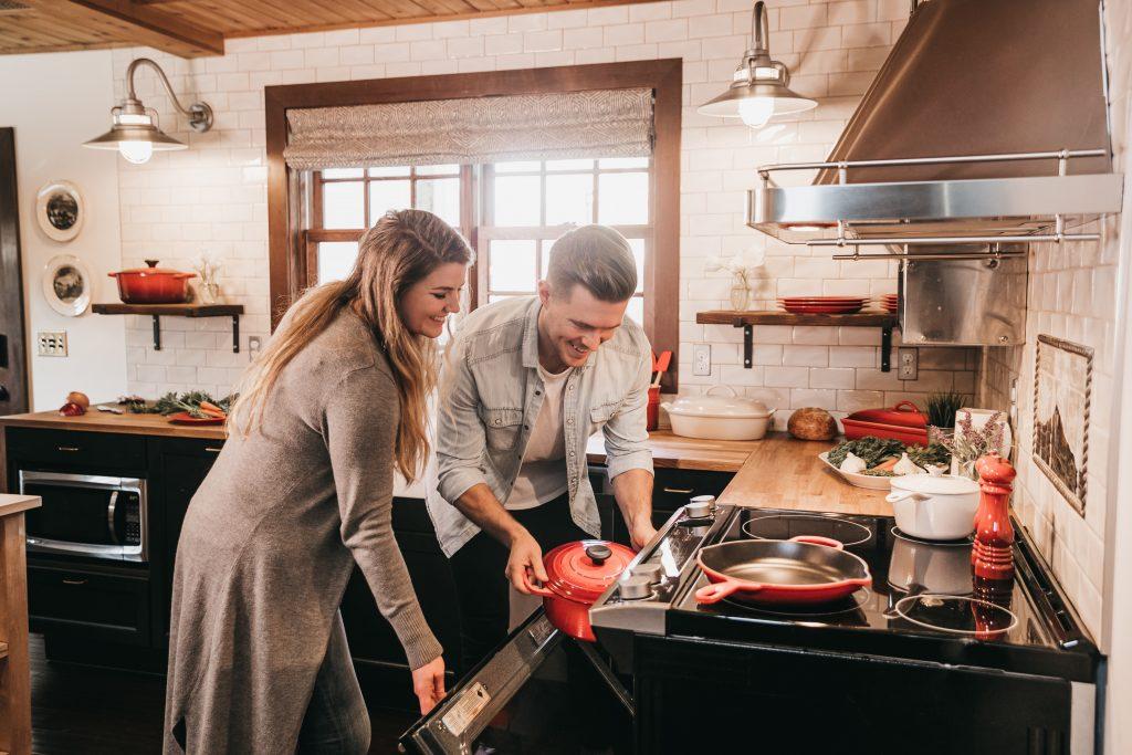 Imagem de um casal cozinhando.