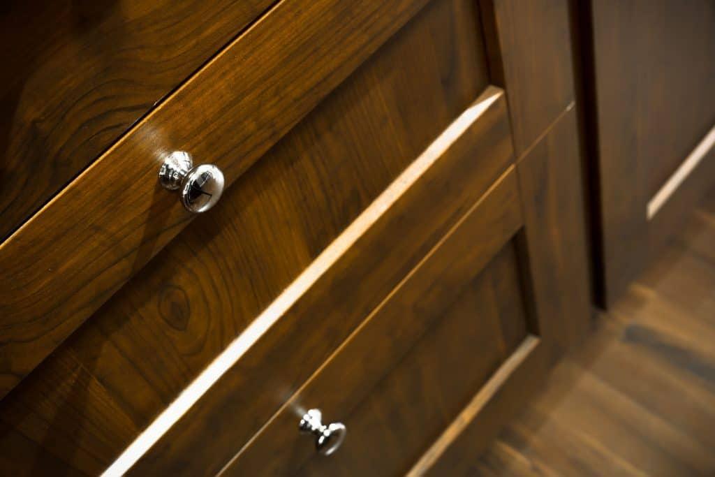 Imagem de gaveteiro marrom de madeira.