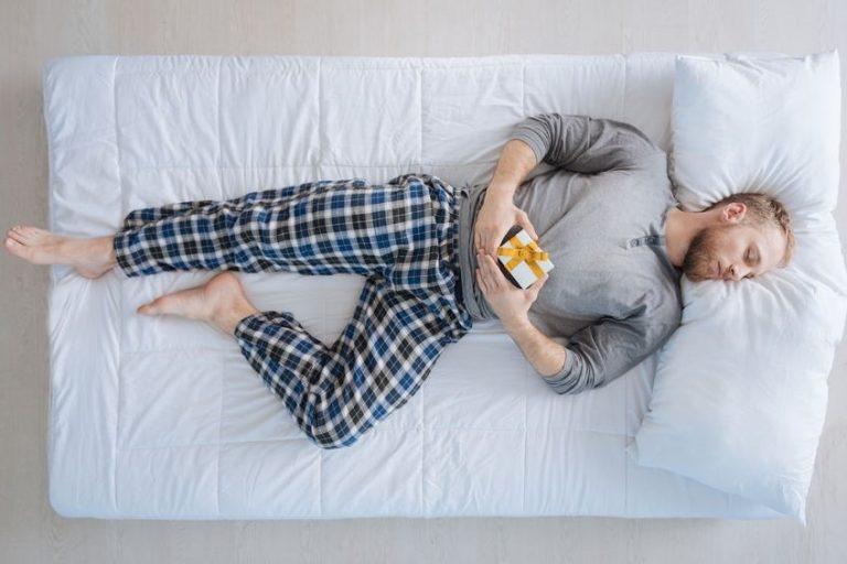 Homem dormindo em cama box de solteiro