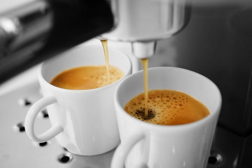 Imagem de uma cafeteira em ação.