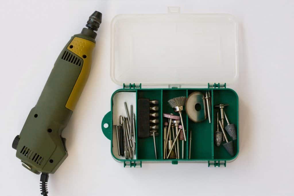Imagem de mini furadeira com vários acessórios ao lado.