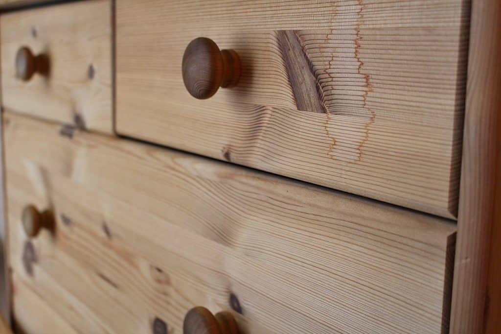 Imagem de um gaveteiro de madeira.