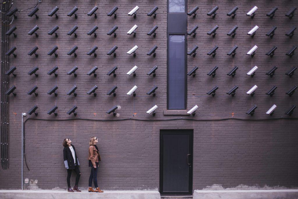 Imagem mostra um casal em uma área externa com um alto número de câmeras bullet.