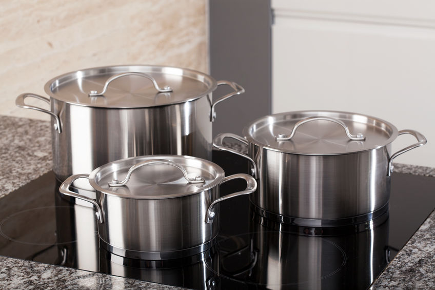 Conjunto de caldeirões em diferentes tamanhos sobre fogão de indução