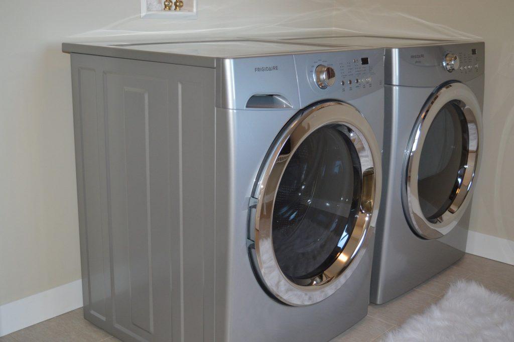 Duas máquinas de lavar.