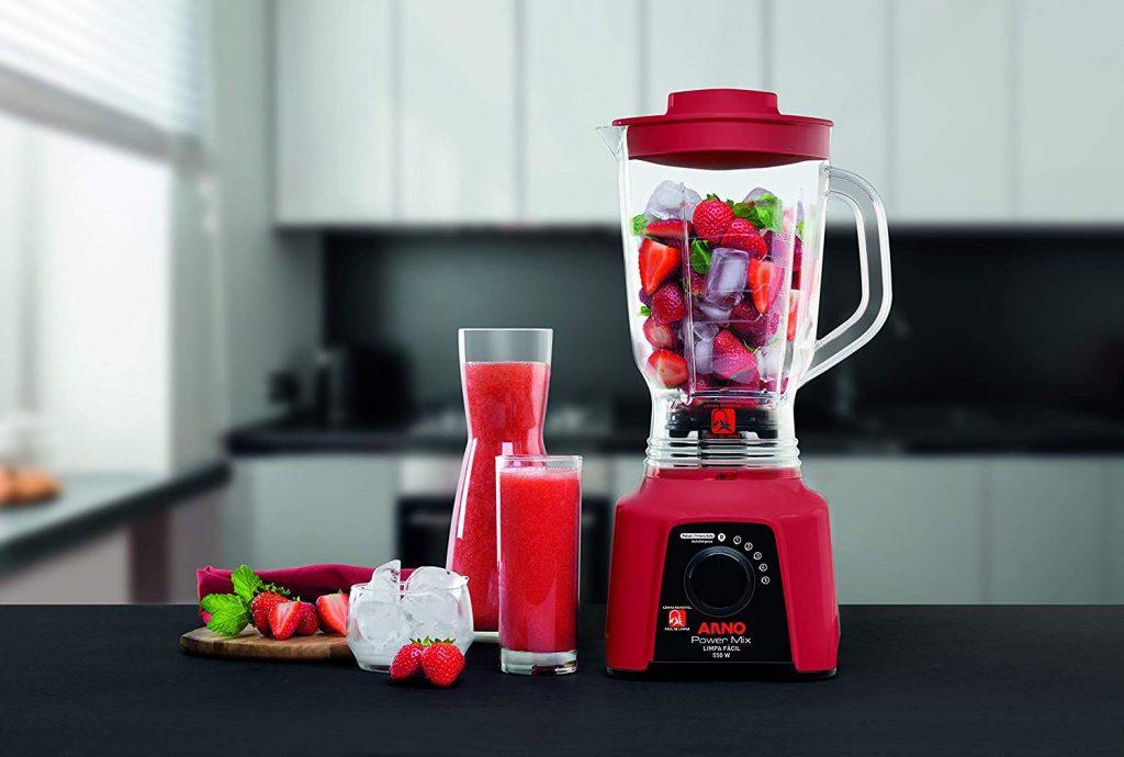 Liquidificador Arno vermelho em bancada de cozinha com morango e gelo dentro
