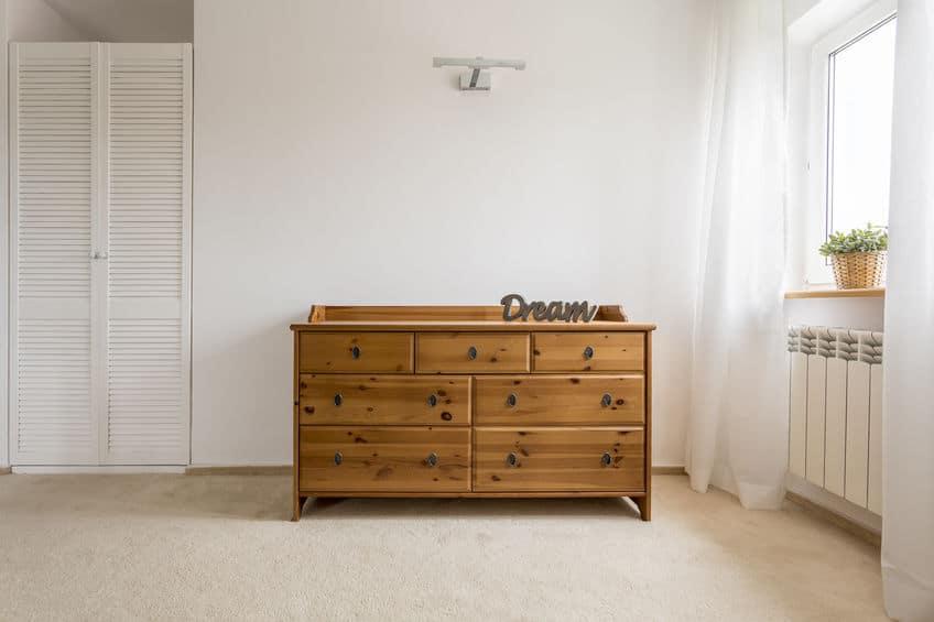 Imagem de cômoda de madeira.