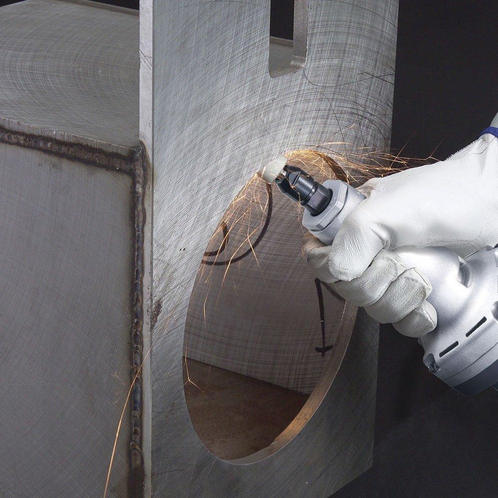 imagem de uma mão com luva manuseando uma retificadeira da makita