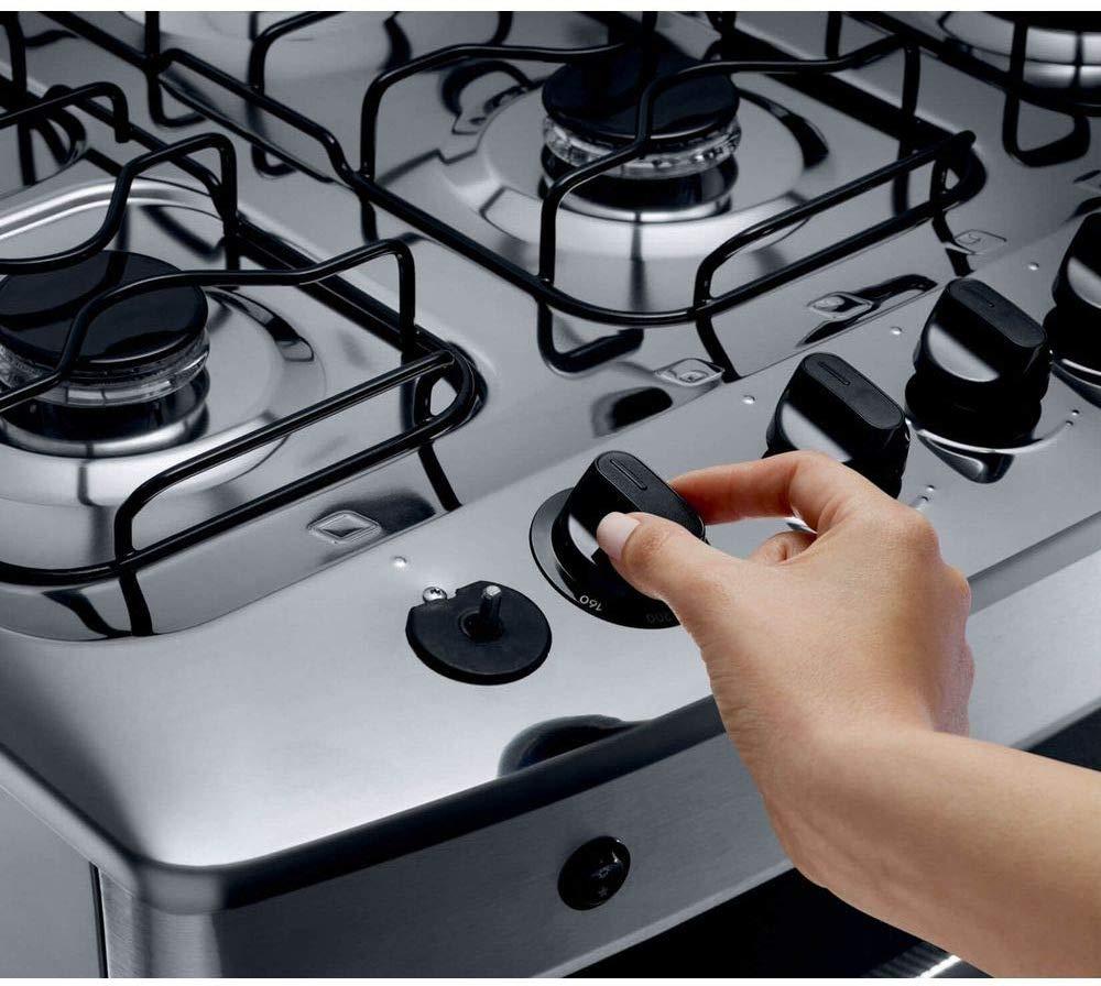 Mão segurando o botão do fogão.