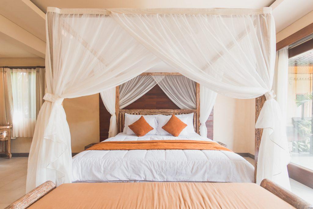 Na foto uma cama dentro de um quarto.