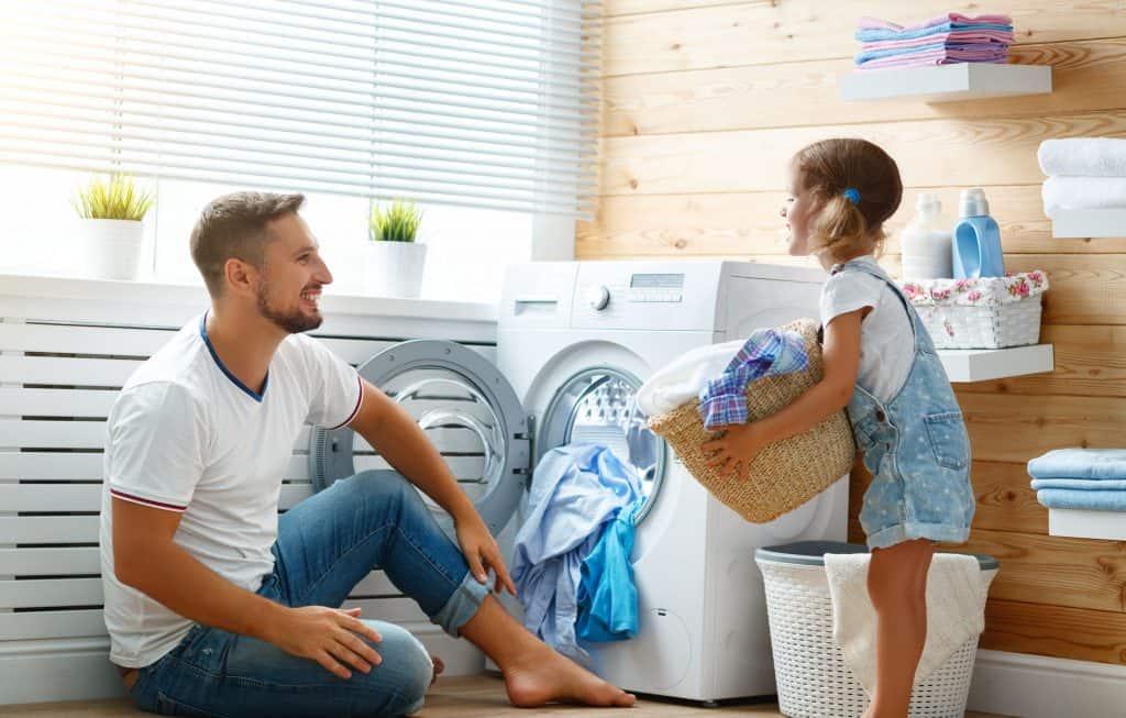 Filha ajudando pai a lavar roupas.