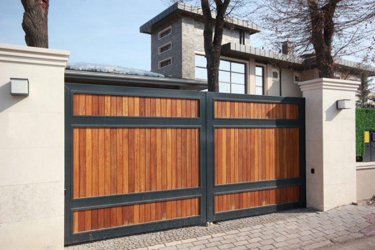 Imagem de um portão pivotante de madeira.