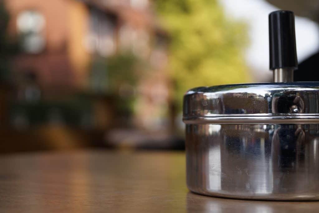 Imagem de cinzeiro com tampa.