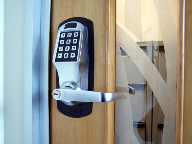 Porta com fechadura digital.